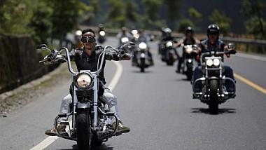 Câţiva motocicliști au ajutat o bătrână să traverseze o şosea aglomerată. Reacţia femeii