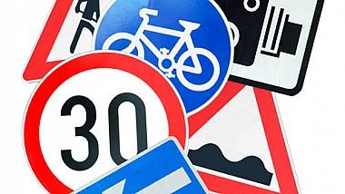 Un şofer de 28 de ani a furat şase indicatoare rutiere