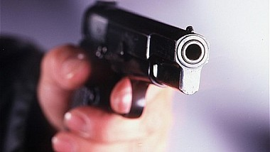 Un tâlhar a încercat să sperie o vânzătoare cu un pistol, însă femeia i-a smuls arma din mână