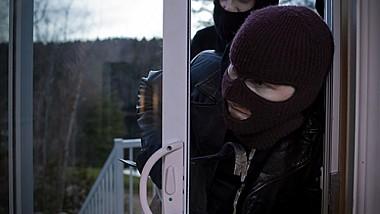 Doi tineri au fost capturaţi de poliţie, fiind bănuiţi de furtul unui sfert de milion de lei