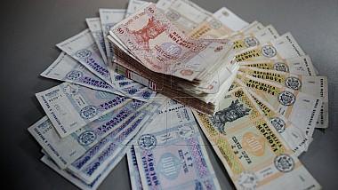 Oamenii depun tot mai puţini bani la păstrare în bănci