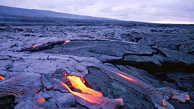 Гавайи: вулкан не сдается. Лава сметает на своём пути дома и дороги, уничтожает леса