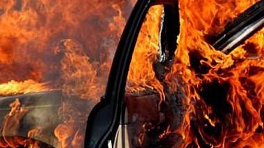 O maşină a ars aproape în întregime, în curtea unui bloc de locuit de la Ciocana