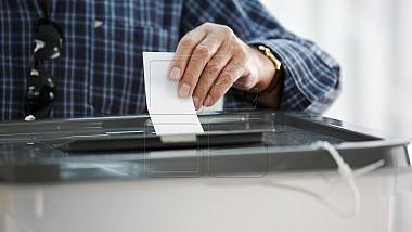Alegătorii, aşteptaţi la urnele de vot. Cine sunt candidaţii la fotoliul de primar al municipiul Chişinău şi Bălţi