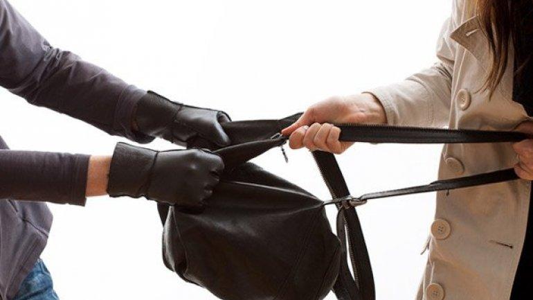 Tâlhar reţinut de poliţie. Un fost deţinu a atacat şi jefuit două tinere în plină stradă