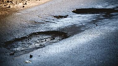 В Бельцах, рабочие латают ямы не асфальтом, а обломками, камнями и разбитыми кусками дорожного полотна