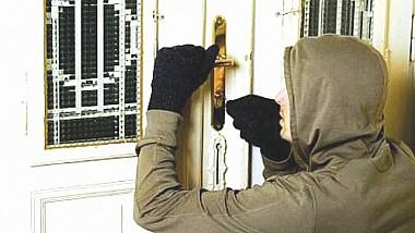 Furt la Corjeuţi. Indivizi necunoscuți au pătruns într-o locuinţă, de unde au sustras un seif în care se aflau două arme