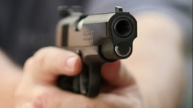 Cu pistolul la plimbare. Un bărbat împreună cu finul său, fiind în stare avansată de ebrietate au tras câteva focuri de armă în aer în plină stradă