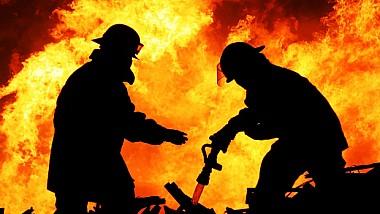 Incendiu devastator la Străşeni. Frăcările au mistuit un depozit cu materiale de uz casnic și o parcare cu tehnică agricolă