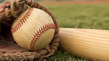Moment unic într-un meci de baseball: mingea rămâne blocată între crăpăturile zidului de barieră
