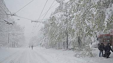 Moldova, sub nămeți. Sute de sate au rămas fără curent electric, iar transportul public nu circulă nici pe trasee
