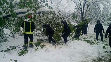 Angajații Ministerului de Interne intervin în forță pentru eliberarea drumurilor și pentru a oferi ajutor oamenilor aflați în pericol