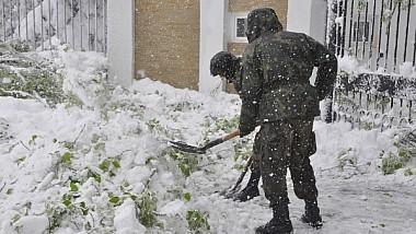Ostașii Armatei Naţionale, mobilizaţi de urgență pentru a lupta cu stihia albă