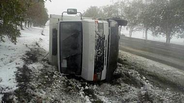 Un MICROBUZ CU COPII, RĂSTUNAT în apropierea localității Olișcani. Starea victimelor accidentului