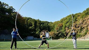 A ajuns în Guiness Book după ce a învârtit cel mai mare cerc hula-hoop din lume