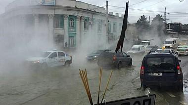 """Stradă """"aburită"""" în Capitală, în urma spargerii unei conducte învechite de apă caldă"""