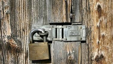 Un bărbat din Bălţi a rămas în stradă, fără bani şi lucruri persoanale, după ce i s-a îngrădit accesul în apartamentul pe care îl închiria