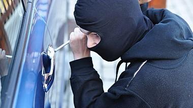 Doi tineri din Strășeni sunt cercetați penal pentru furt din automobile