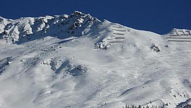 S-a născut în cămaşă. Un turist care se dădea cu snowboard-ul în Carpați a scăpat ca prin minune cu viață după ce s-a trezit chiar în mijlocul unei avalanșe