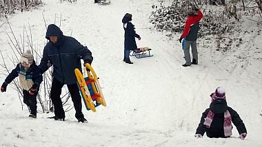 Zăpada ne readuce în lumea copilăriei. Peste 25 de tineri s-au distrat pe cinste pe o pârtie din Capitală