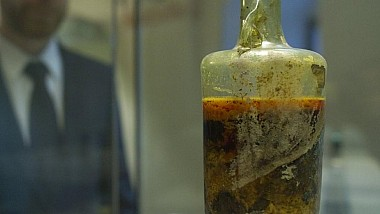 Sticla cu conţinut enigmatic. Recipientul este păstrat într-un muzeu din Germania, iar conţinutul acestuia a rămas neatins de aproape 1.700 de ani