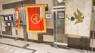 O expoziție inedită de drapele istorice, organizată la Parlament