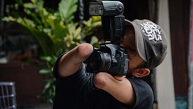 Cel mai dedicat fotograf. A învins lupta cu dizabilitatea şi a devenit cunoscut în întreaga lume