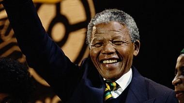 Un portret imens al lui Nelson Mandela, expus în curtea unei închisori de maximă securitate din Africa de Sud