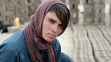 Povestea cutremurătoare a unei tinere din Afganistan, care a fost forţată de către părinții săi să ducă o viaţă de băiat