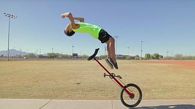 Un puști de doar 12 ani sfidează gravitaţia prin acrobaţii