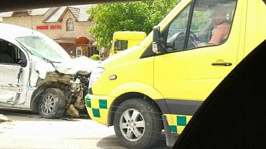 O mașină a fost lovită de două tiruri la intrarea în satul Măgdăceşti
