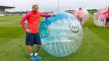 Fază comică la fotbal cu mingi gonflabile