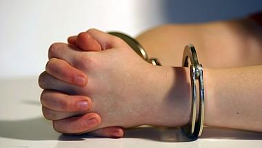 O avocată din Capitală, reţinută în timp ce primea mită de cinci mii de dolari