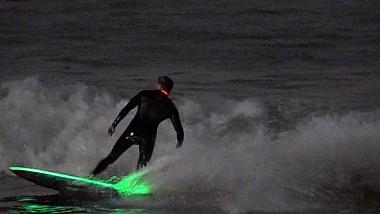 Hobby-ul impresionant a doi americani. Roy și Sean Johnson cuceresc valurile.... noaptea