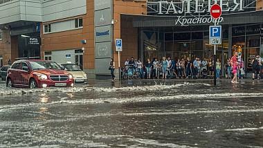 Юг России: разверзлись небеса. Потоки бурлящей воды неслись по улицам города, подмывая фундаменты домов, срывая с дорог пласты асфальта