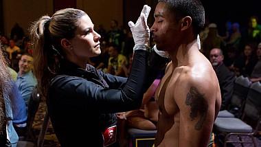 Singura femeie din lume - îngrijitoare de răni a luptătorilor MMA
