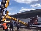 Россия: В Иркутской области автокран рухнул при спуске теплохода на воду