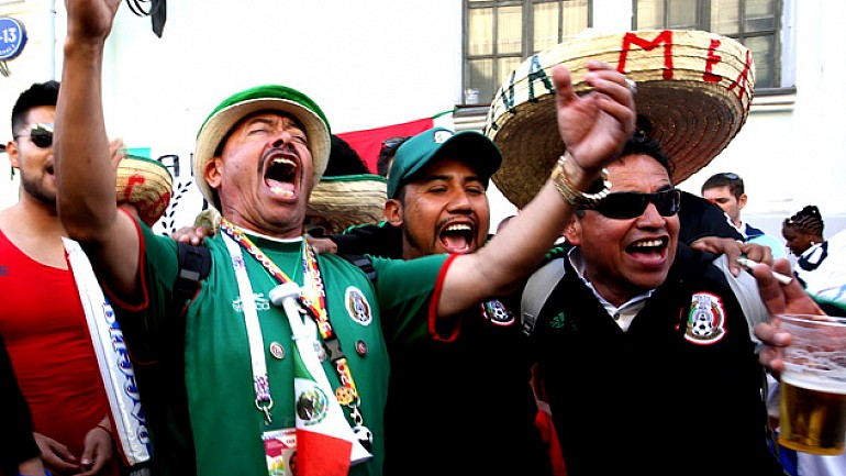 Мексиканские болельщики шумно отметили победу сборной своей страны над Германией на улицах Москвы
