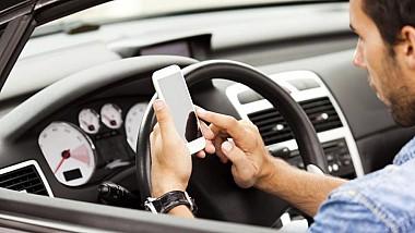 Reguli mai dure pentru şoferi. Cei care folosesc telefonul mobil în timpul şofajului riscă amenzi usturătoare