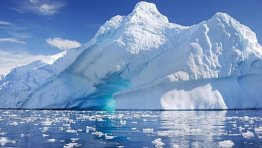 Baie glaciară în ziua solstiţiului. Cercetătorii de la bazele ştiinţifice din Antarctica au sărbătorit evenimentul printr-un plonjon revigorant în apele îngheţate