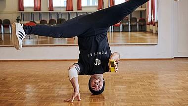 Cel mai inedit record. Un dansator din Germania a tapat un text pe telefon, rotindu-se, totodată... în cap