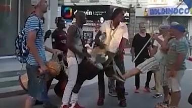 Comportament violent în fața Primăriei Capitalei. Membrii unei formații de artiști ambulanți, agresaţi de către simpatizanții lui Andrei Năstase (VIDEO)
