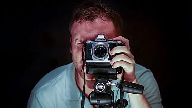 """Câte un portret în fiecare zi. Un fotograf britanic """"țintește"""" noi oameni interesanți, care ajung ulterior personajele principale în proiectul său"""