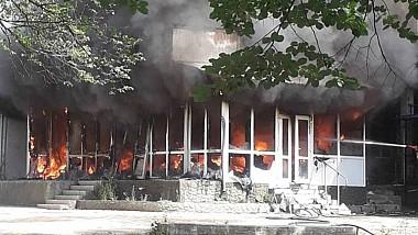 Un centru comercial din orașul Drochia, cuprins de flăcări. Focul s-a extins pe o suprafață de 70 de metri pătrați