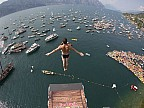 Doi cliffdiveri s-au întrecut în sărituri în înălţime