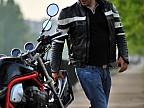 Un finlandez este atât de îndrăgostit de motocicleta sa, încât nu se poate despărţi de ea nici pe apă
