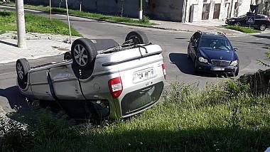 În centrul Capitalei s-a răsturnat un autoturism. O maşină de marcă Opel s-a tamponat în plină viteză cu un Mercedes