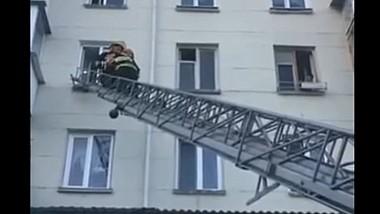 În Capitală, pompierii au evacuat din locuinţă un copil de patru ani, lăsat singur, încuiat în casă, de către mama sa